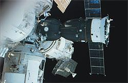"""Раскладная бортовая антенна SAR размером 6 х 2.8 м на космической станции """"Мир""""."""